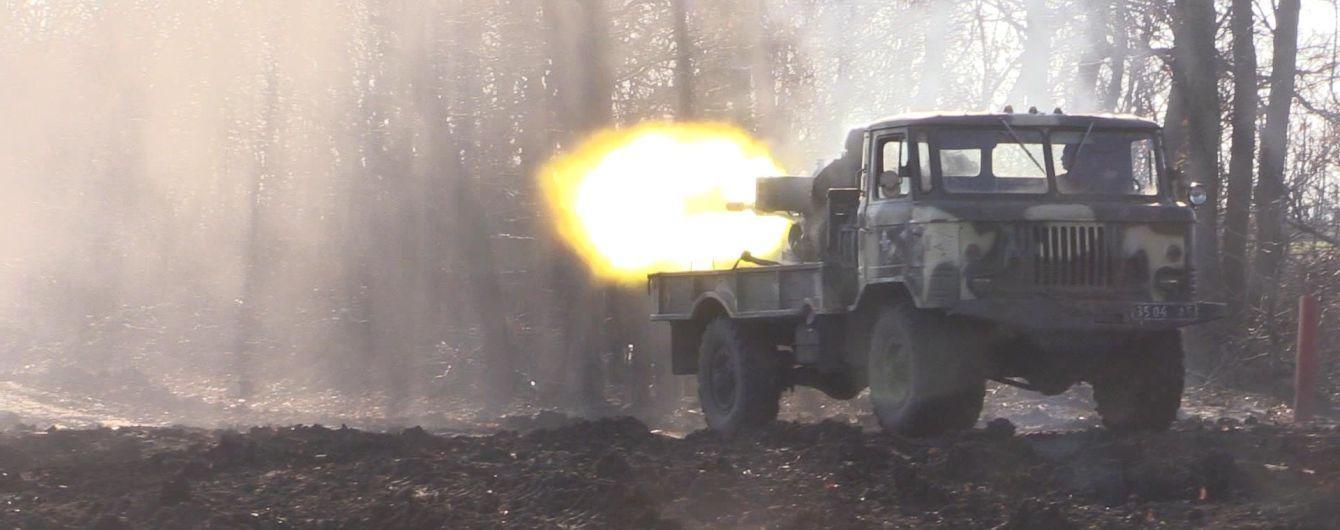 """На Донбасі бойовики вели обстріли із """"заборонених"""" мінометів і поранили українського військового"""