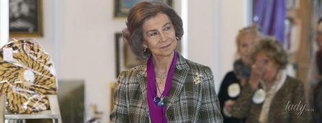 В пестрой блузке и с драгоценными украшениями: 79-летняя королева София сходила на ярмарку