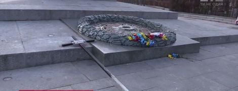 В залитом бетоном Вечном огне в Киеве вандалы оставили крест с надписью