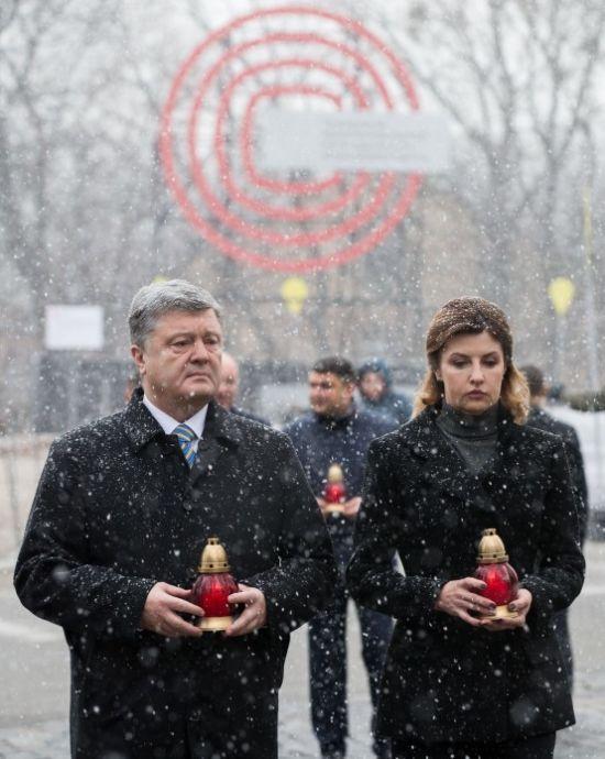 Порошенко, Гройсман й Парубій під снігом вшанували пам'ять Героїв Небесної Сотні