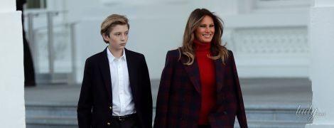 В клетчатом пальто и сапогах Victoria Beckham: Мелания Трамп приняла рождественскую елку в Белом доме