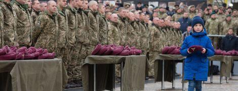Колір крові, пролитої в боях за Україну: як у Києві змінювали берети десантникам