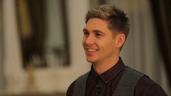Молодий татко Володимир Остапчук показав, як заколисує новонародженого сина