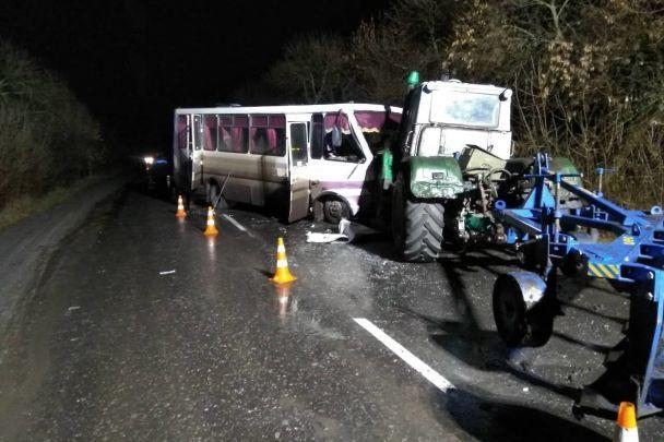 Автобус протаранил два трактора наЛуганщине, 13 пострадавших
