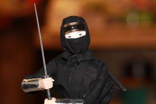 В России сотрудница колонии пыталась зарубить мечом священника, ее коллега отражал удары стулом
