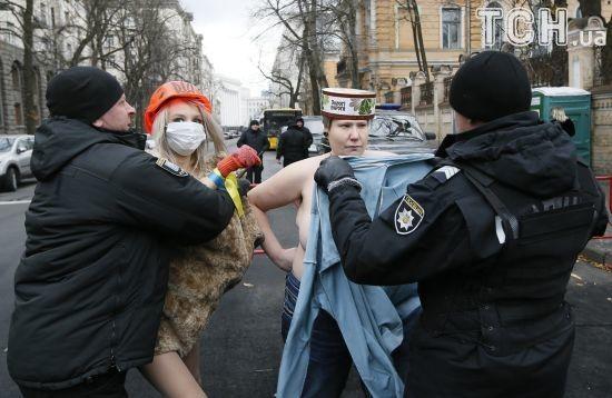 У річницю Євромайдану активістки Femen оголилися під Адміністрацією президента