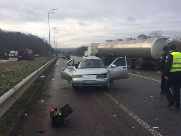 На Рівненщині вантажівка не розминулася з легковиком, розчавивши його: загинула жінка