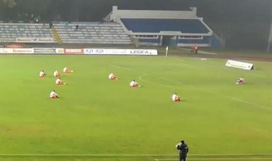 Сербські футболісти влаштували сидячий протест під час гри чемпіонату країни