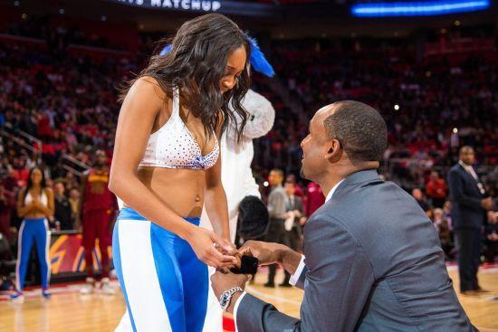 Уболівальник зупинив танець групи підтримки і освідчився дівчині під час матчу НБА