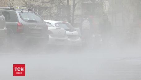 В Киеве на Отрадном прорвало трубу: улицу залило кипятком