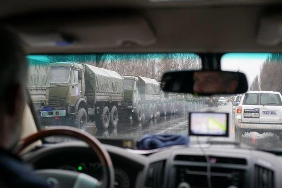 Вантажівки, зенітка, БТРи: в ОБСЄ показали військову колону, яка увійшла до окупованого Луганська