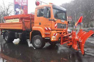 Київ зранку завалив мокрий сніг: на дороги виїхала спецтехніка