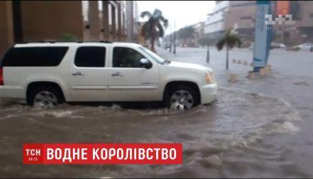 Затоплені дороги, тунелі та води по пояс – Саудівську Аравію затопило