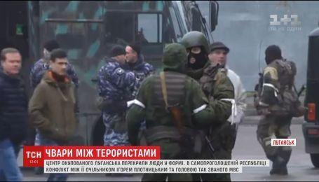 К контролируемому боевиками Луганску стаскивают бронетехнику