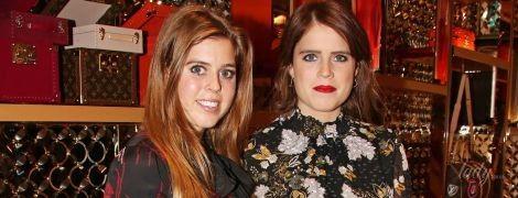 В скромных платьях и с сумками Louis Vuitton: принцессы Беатрис и Евгения сходили на вечеринку