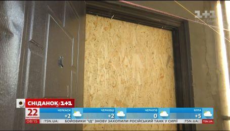 Сусідські війни: в столичному будинку приватизували місце в евакуаційному коридорі