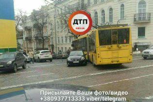 У центрі Києва посеред дороги припаркувався Lexus, паралізувавши рух тролейбусів