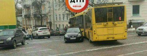 В центре Киева посреди дороги припарковался Lexus, парализовав движение троллейбусов