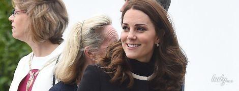 В пальто за 900 долларов и на каблуках: беременная герцогиня Кембриджская вышла в свет с мужем