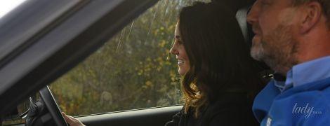 Беременность не помеха: герцогиня Кембриджская рассекает по бездорожью за рулем дорогого кроссовера
