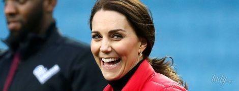 В обтягивающей водолазке и яркой куртке: герцогиня Кембриджская подчеркнула беременный живот стильным нарядом