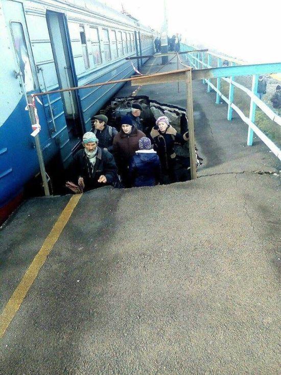 Через обвал платформи на залізничній станції пасажири змушені чекати потяг у ямі