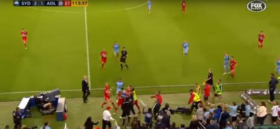 Джентльменський вчинок футболіста спровокував масову бійку прямо під час гри
