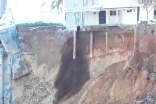 В Мексике в котлован сползло четыри дома