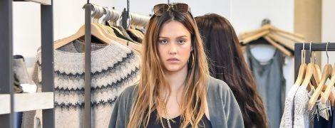 Без макияжа и в простой одежде: беременная Джессика Альба сходила на шопинг