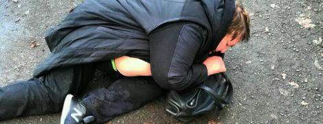 В Киеве пьяная женщина-водитель выпала из машины и начала засыпать