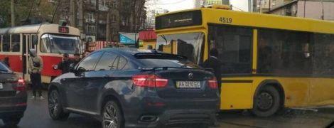 """В Киеве """"линчевали"""" водителя BMW, который парализовал движение автобуса и 7 трамваев"""