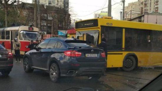 """У Києві """"лінчували"""" водія BMW, який паралізував рух автобуса і 7 трамваїв"""