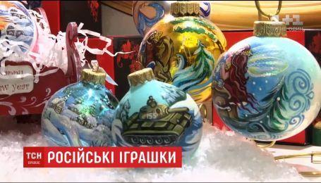 На новогодних игрушках в Москве изображают танки и военные самолеты