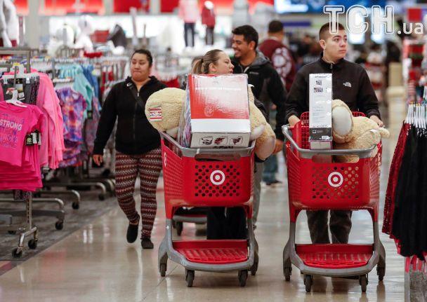 """Шалені черги за дешевими плазмами без їжі й води: у США розпочалася """"чорна п'ятниця"""""""