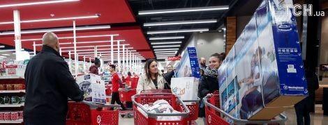 Шалені черги за дешевими плазмами без їжі й води: у США розпочалася Чорна п'ятниця