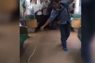 Голыми руками против змеи: в метро столицы Индонезии бесстрашный пассажир спас других от нападения