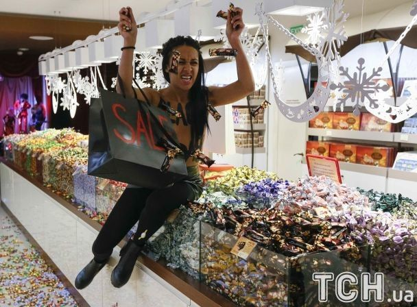 Активистка Femen устроила «черную пятницу» вмагазине Roshen