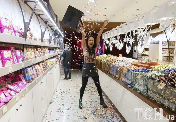 «Черная пятница»: активистка Femen разгромила магазин Roshen наКрещатике