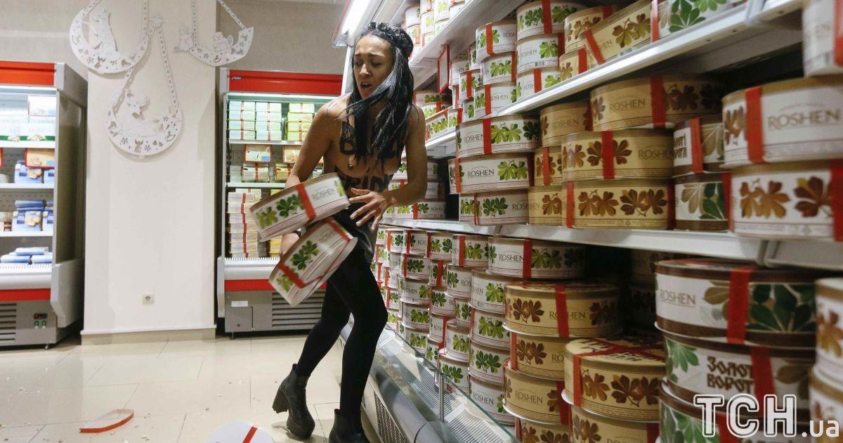 Феменка разбросала конфеты и торты  @ Reuters