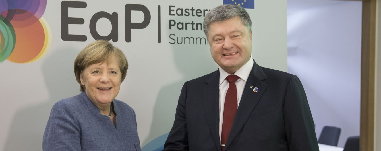 Порошенко обсудил с Меркель ситуацию в Луганске