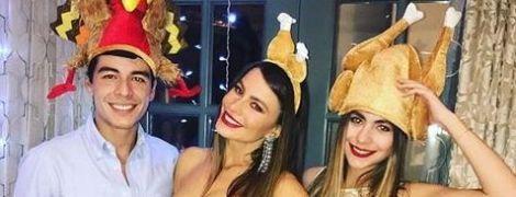 В блестящем платье и обруче в форме индюшиных ножек: София Вергара показала, как отпраздновала День благодарения