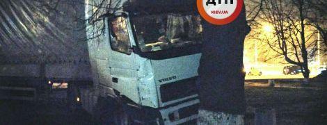 В Киеве пьяный водитель фуры устроил масштабное ДТП, влетев в эвакуатор, такси и дерево
