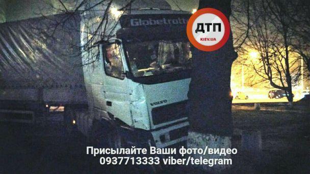 У Києві п'яний водій фури влаштував масштабну ДТП, влетівши в евакуатор, таксі і дерево