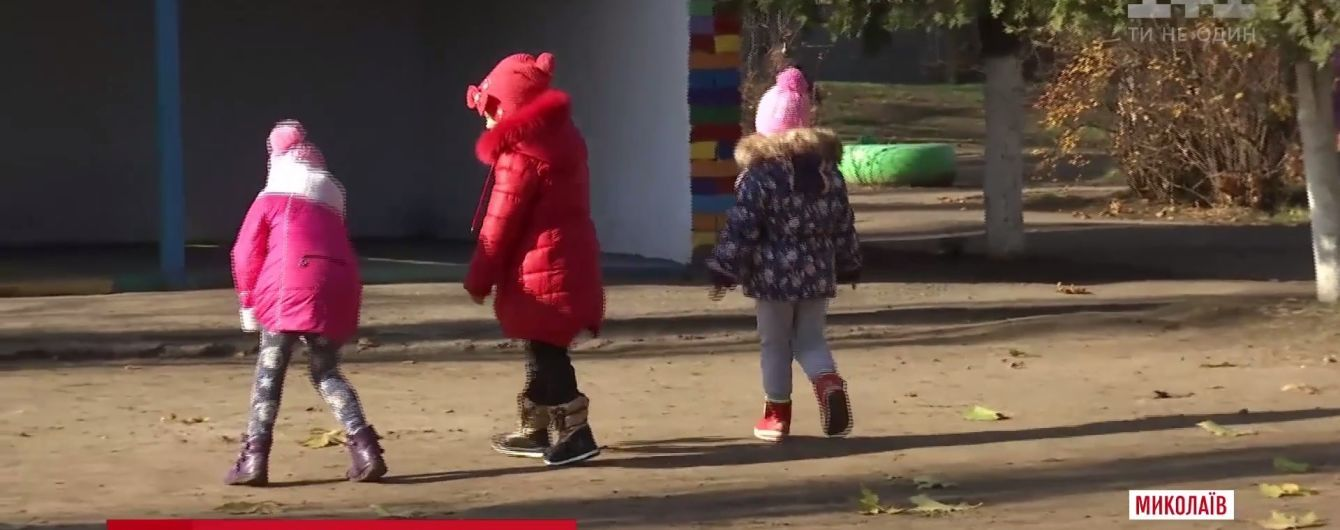 У Миколаєві матір випадково побачила, як вихователька дитсадка гамселить її 4-річну дитину ногами