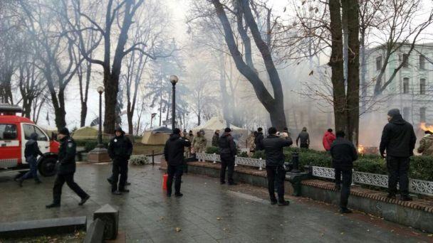 У центрі Києва сталася пожежа у наметовому містечку під Радою
