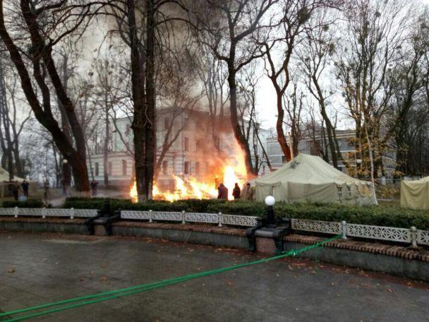 В центре Киева произошел пожар в палаточном городке под Радой