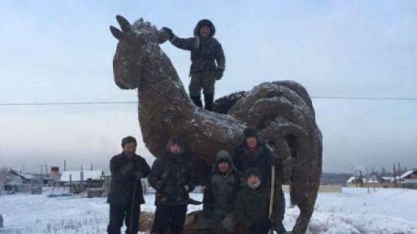 В Росії зліпили новорічну ялинку з кізяків