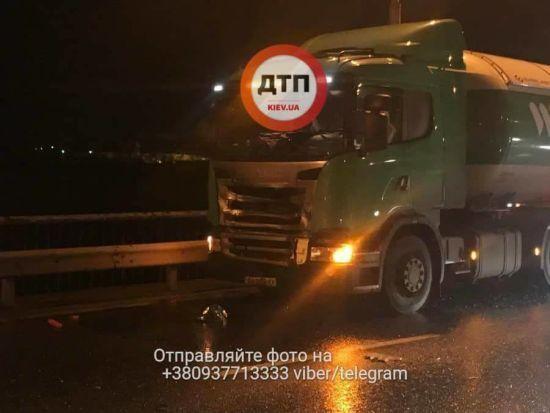 У Києві бензовоз розчавив Opel, є загиблі
