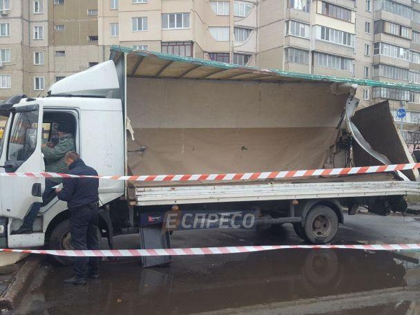 У Києві автобус на великій швидкості протаранив вантажівку: є постраждалі