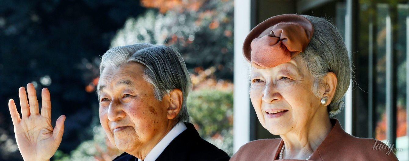 В экстравагантной шляпе и на каблуках: 83-летняя императрица Митико на официальной встрече